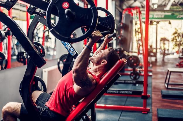 Equipaggi fare un esercizio per le spalle nel simulatore