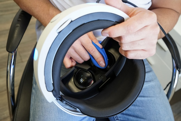 Equipaggi i vetri di realtà virtuale di pulizia, fuoco vicino