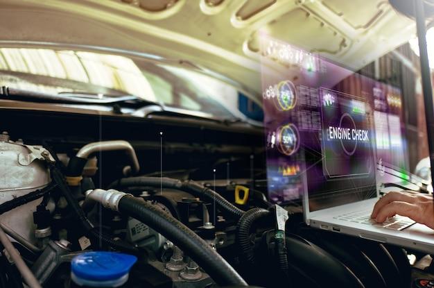 Equipaggi il computer portatile di uso all'analisi sul suo motore di automobile con l'ologramma. il concetto di comunicazione dell'ologramma del servizio motore, rete, assicurazione