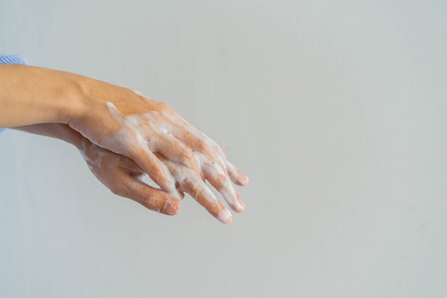 Equipaggi il lavaggio e lo sfregamento della mano al sapone di pulizia