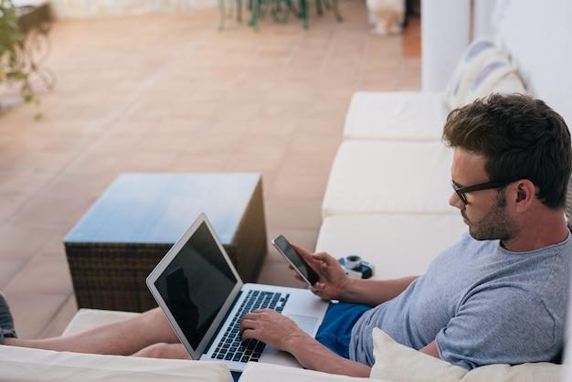 Equipaggi il lavoro da casa all'iarda sul suo computer