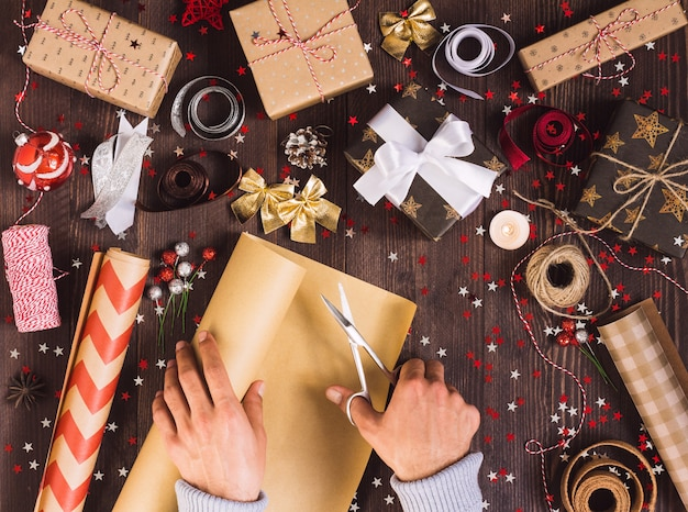 Equipaggi il rotolo della tenuta della mano della carta da imballaggio di kraft con le forbici per il taglio del contenitore di regalo di natale dell'imballaggio