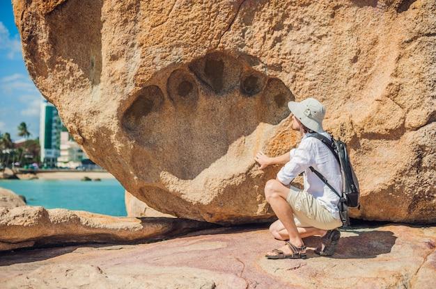 Equipaggi il viaggiatore al capo di hon chong, la pietra del giardino, destinazioni turistiche popolari a nha trang. vietnam