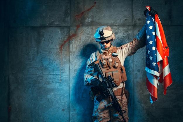 Equipaggi l'attrezzatura militare un soldato mercenario nei tempi moderni con la bandiera degli stati uniti
