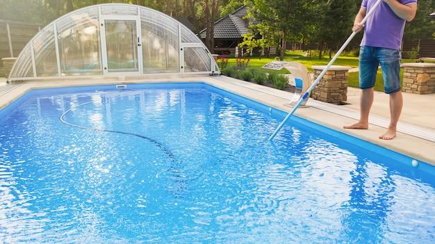 Equipaggi la piscina di pulizia con il pulitore del tubo di vuoto presto