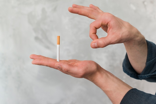Equipaggi la sigaretta di lancio tramite la barretta contro la parete