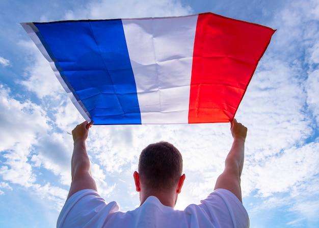 Equipaggi la tenuta della bandiera della francia, immagine di concetto