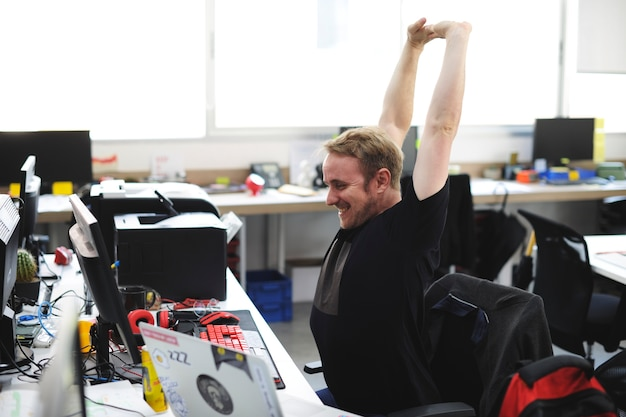 Equipaggi le armi di allungamento durante la pausa all'ufficio
