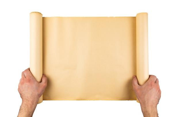 Equipaggi le mani che tengono il vecchio rotolo di carta sollecitato. spazio vuoto, spazio per testo, copia, lettere. sfondo verticale.
