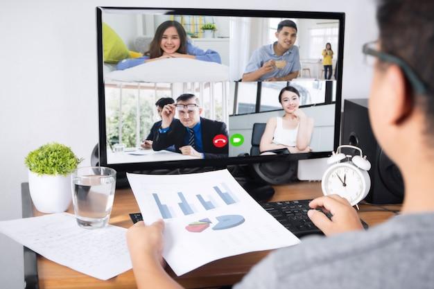 Equipaggi parlare con i colleghi del piano nella videoconferenza in casa