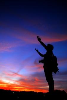 Equipaggi pregare da solo all'armonia all'aperto di vacanze emozionali di concetto di rilassamento spirituale di stile di vita di viaggio delle montagne del tramonto