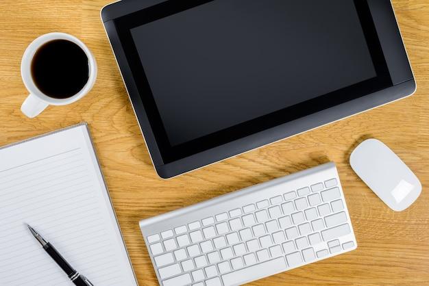 Equipaggia il posto di lavoro sul desktop in legno con caffè