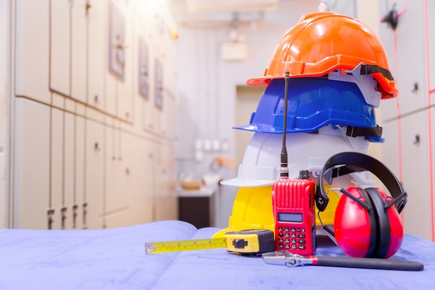 Equipaggiamento di sicurezza standard nella sala di controllo, concetto di costruzione e sicurezza.