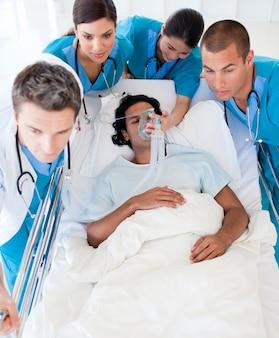 Equipe medica che trasporta un paziente in unità di terapia intensiva