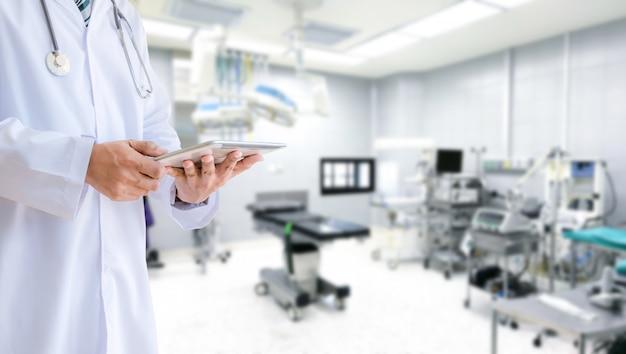 Equipe medica e medico in ospedale, sala operatoria