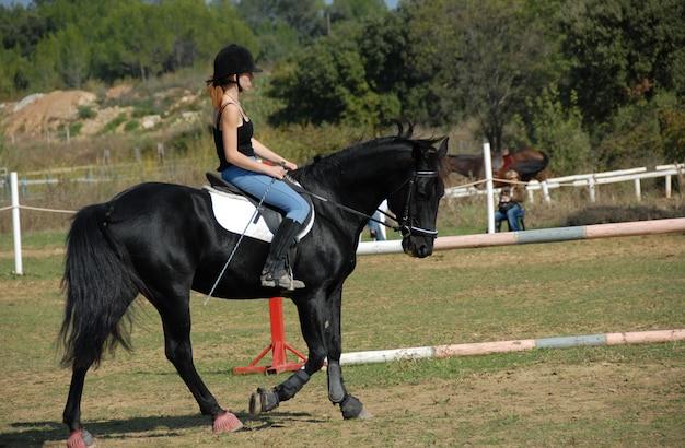 Equitazione giovane donna