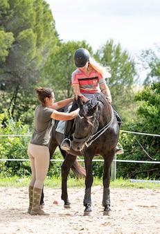 Equitazione ragazza e cavallo