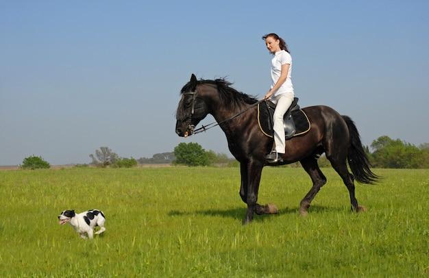 Equitazione ragazza e il suo cane