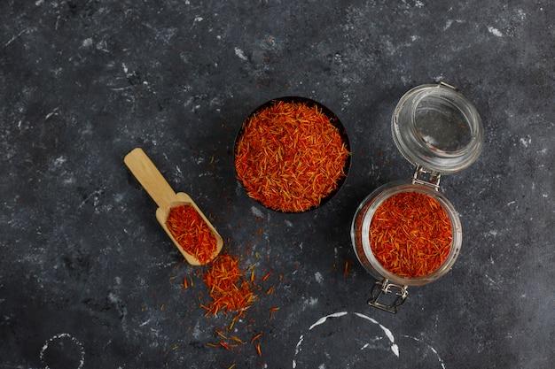 Erba aromatica dello zafferano in cucchiaio di legno