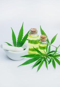 Erba e foglie di cannabis per il trattamento di brodo, tintura, estratto, olio.