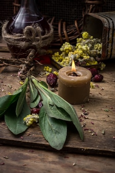 Erba medicinale e candela accesa
