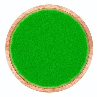 Erba sul piatto di legno isolato su fondo bianco