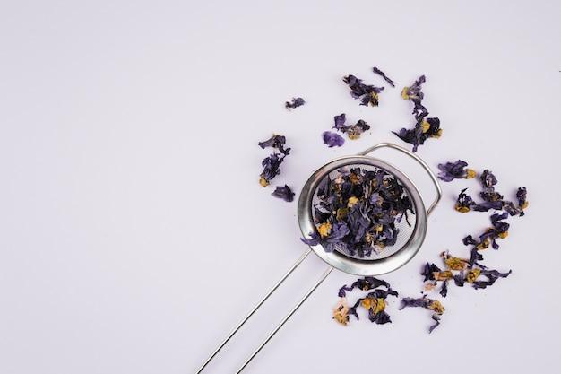 Erbe di tè su sfondo chiaro