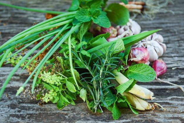 Erbe e spezia fresche naturali su fondo di legno rustico nella cucina per l'alimento dell'ingrediente. concetto del giardino di erbe della cucina