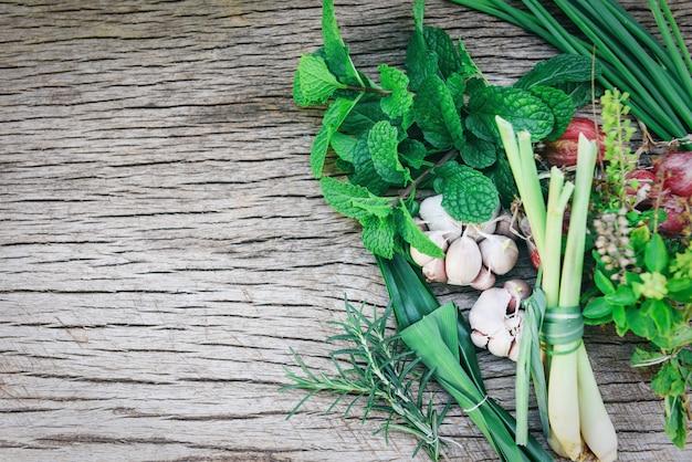 Erbe e spezia fresche naturali su legno rustico nella cucina per l'alimento dell'ingrediente