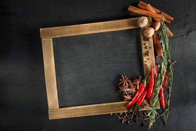 Erbe e spezie con lavagna per testo o ricette.