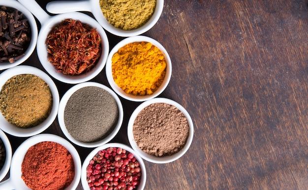 Erbe e spezie in ciotole di ceramica. ingredienti aromatici e additivi alimentari naturali.