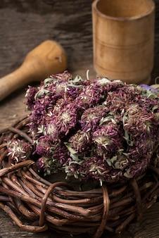 Erbe secche per la medicina tradizionale in stile rurale.