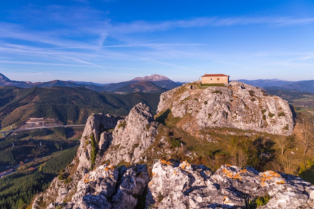 Ermitage di aitzorrotz nella parte superiore della roccia a eskoriatza, paesi baschi.