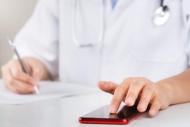 Esame medico e medico che analizzano la connessione di rete della perizia medica sullo schermo della compressa.