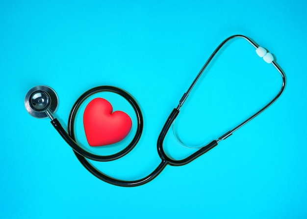 Esame sanitario con cuore rosso e concetto di assistenza sanitaria stetoscopio. vista dall'alto di attrezzature mediche per il trattamento delle malattie