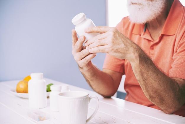 Esaminando la bottiglia di pillola