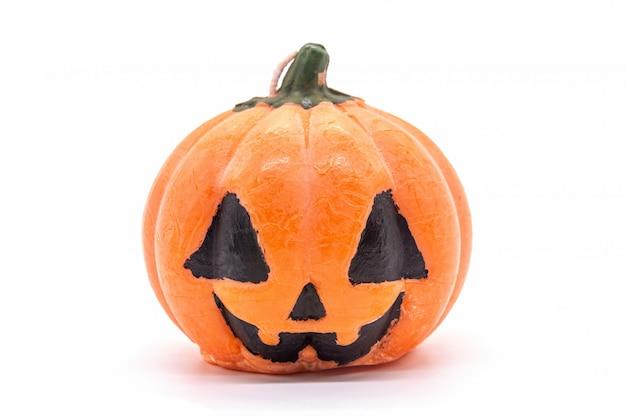 Esamini in controluce la zucca del giocattolo per la decorazione di halloween isolata su bianco