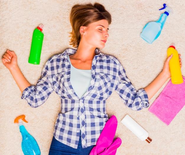 Esaurita la giovane donna dopo aver pulito la casa