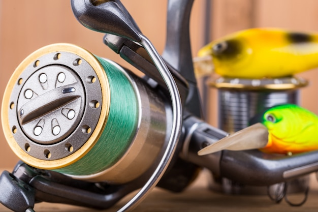 Esca da pesca traballante e mulinello con filo