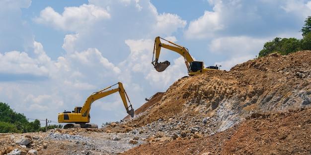 Escavatore che lavora all'aperto sotto il cielo blu