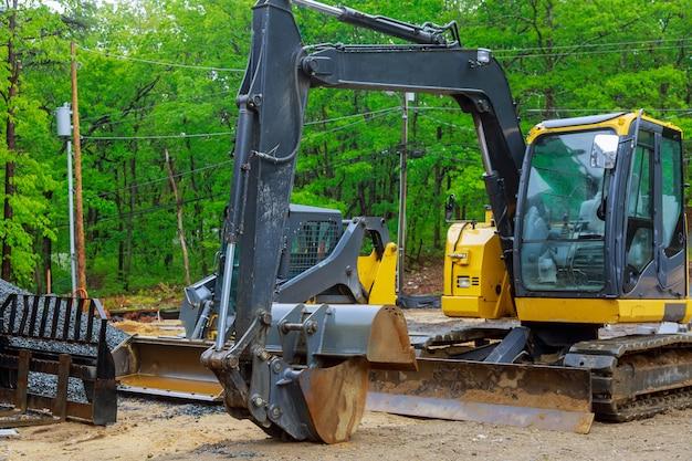 Escavatore che lavora su un mini escavatore per cantiere
