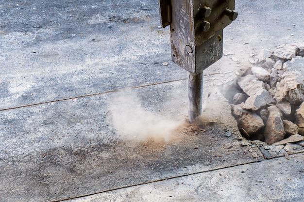 Escavatore jack hammer in azione e textpace