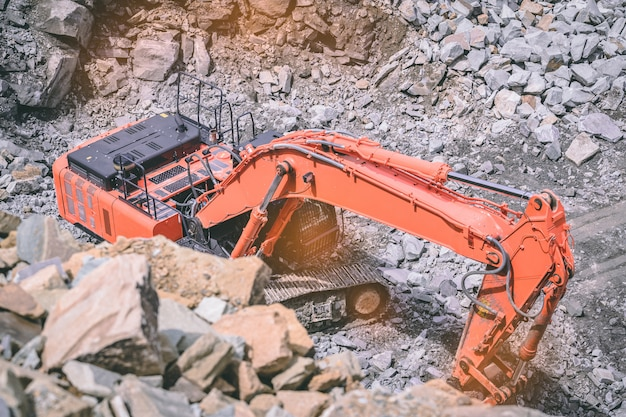 Escavatore sul posto breaking rocks