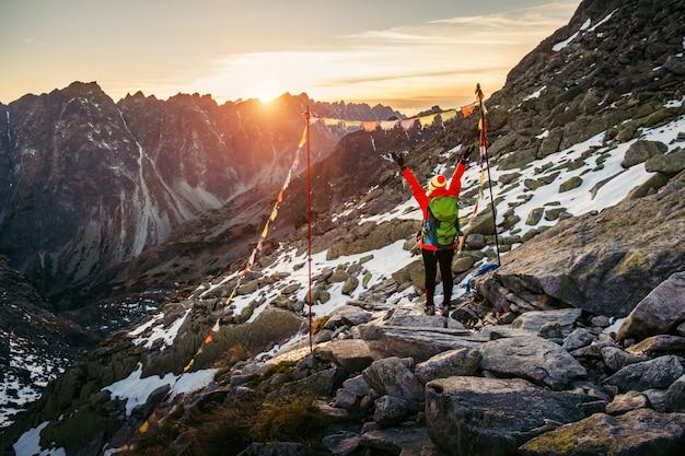 Escursione turistica femminile ad alti tatra al tramonto dell'oro, slovacchia
