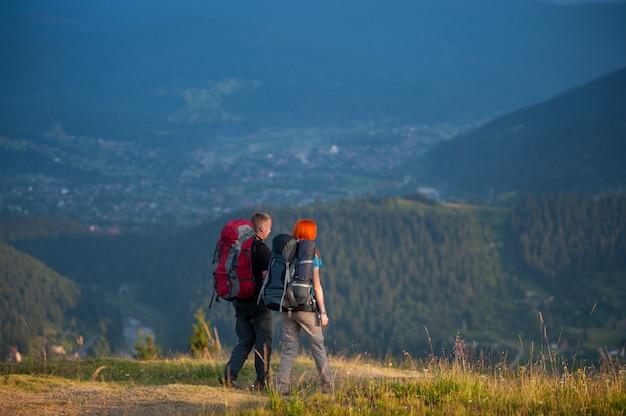 Escursioni in famiglia con paesaggio montano