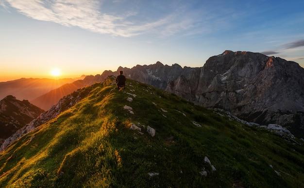 Escursionista che riposa in cima