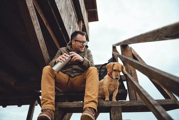 Escursionista e cane a riposo