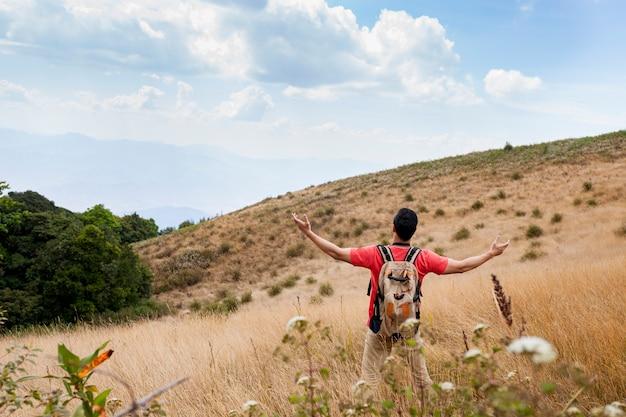 Escursionista estende armi sul campo