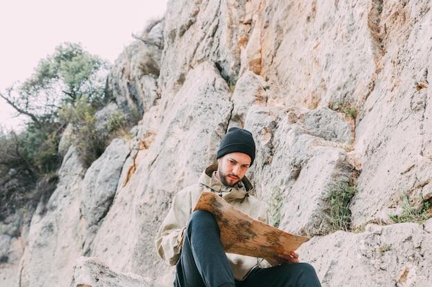 Escursionista guardando la mappa