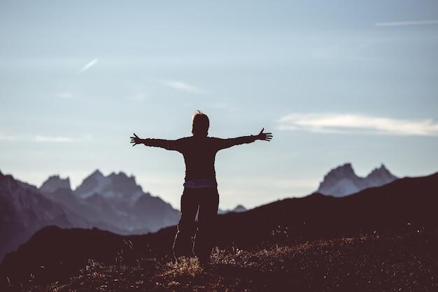 Escursionista in alta montagna paesaggio roccioso. avventure estive sulle alpi francesi italiane,